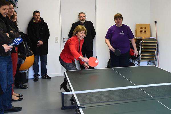 Daniela Schadt spielt mit Athleten Tischtennis. (Foto: SOD/ Juri Reetz)