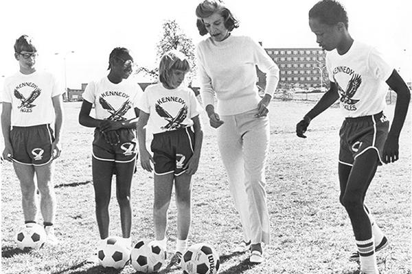 Eunice Kennedy- Shriver spielt Fußball mit Athleten. (Foto: SOI)
