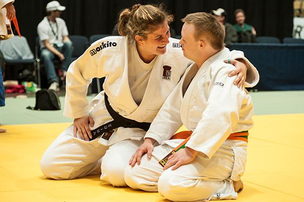 Athlet Robin Klare und Edina Bognar beim Unified- Kata-Wettbewerb.