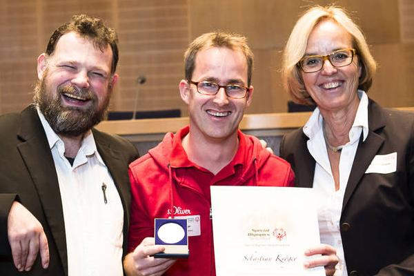 Sebastian Kröger erhält eine Auszeichnung. (Foto: SOD/ Stefan Holtzem)