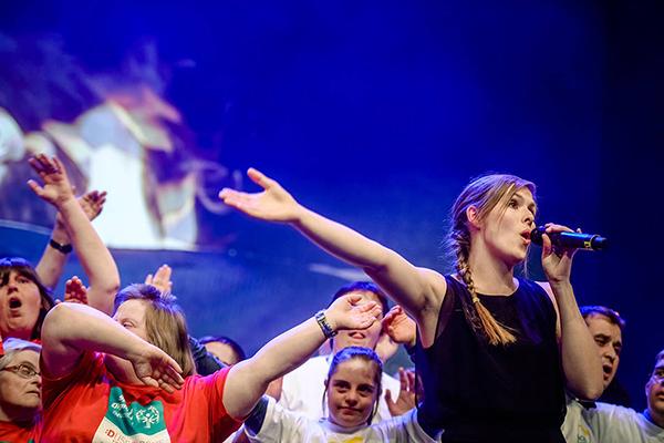 Am Ende der Eröffnung singen alle die Special Olympics Hymne. (Foto: SOD/ Stefan Holtzem)
