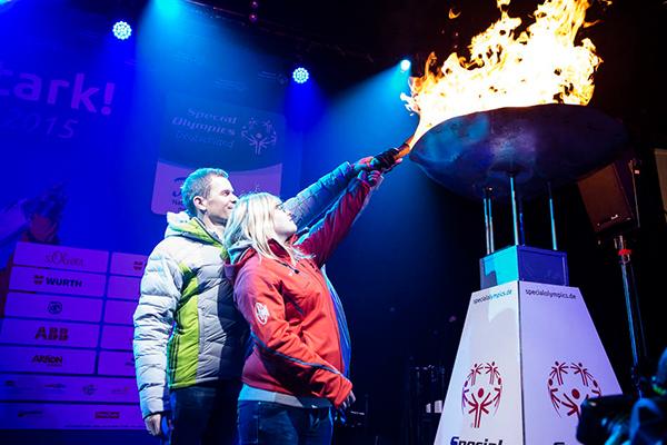 Bei der Eröffnungsfeier wird von Athleten und einem Profi-Sportler das Feuer entzündet. (Foto: SOD/ Stefan Holtzem)