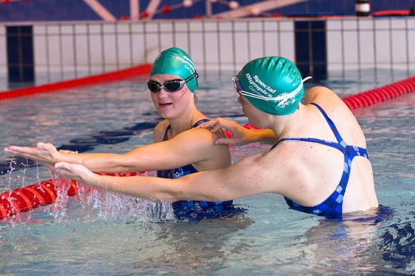 Übungsleiter helfen den Athleten beim Training. (Foto: Foto: SOD/Luca Siermann)