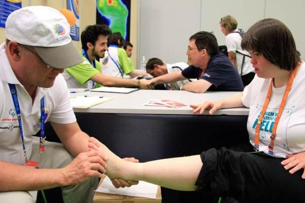 Beim Fitte Füße-Programm werden die Füße genau untersucht. (Foto: SOD)