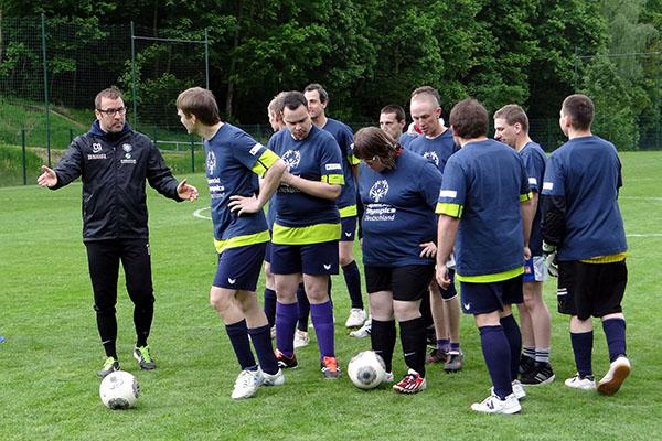 Athleten trainieren mit den Profis des FC Erzgebirge Aue. (Foto: SO Thüringen)
