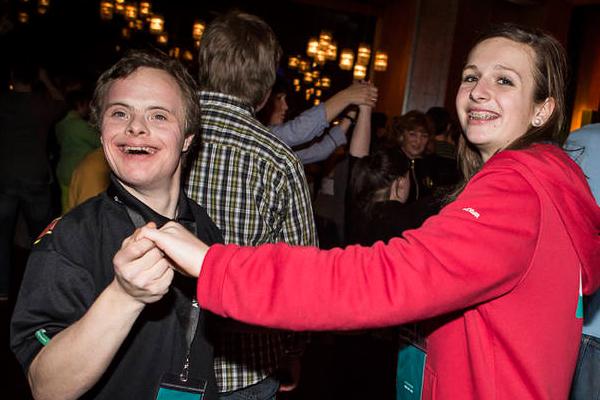 Alle tanzen zusammen bei der Athleten-Disko. (Foto: SOD/ Stefan Holtzem)